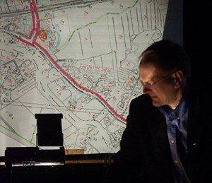 Porvoon Kaupungin suunnitteluinsinööri Hällström esitteli pyörätiehanketta kyläläisille.